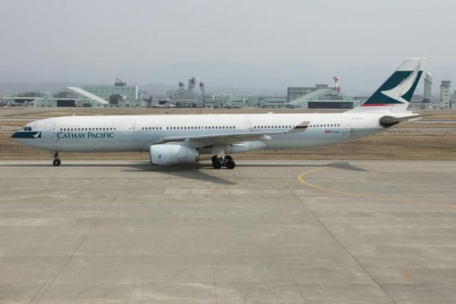 小松空港に着陸したキャセイパシフィック航空の香港便(バックは航空自衛隊小松基地)
