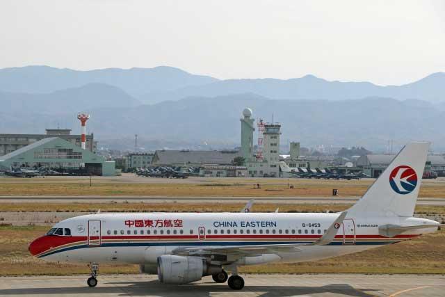 小松空港に着陸した中国東方航空の上海便(バックは航空自衛隊小松基地)