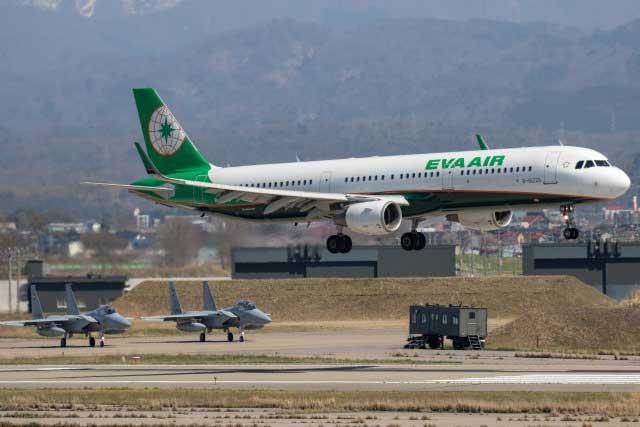 小松空港に着陸するエバー航空の台北便(バックは航空自衛隊小松基地のF-15)