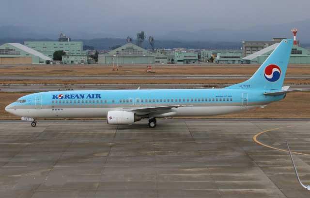 小松空港に着陸した大韓航空のソウル便(バックは航空自衛隊小松基地)