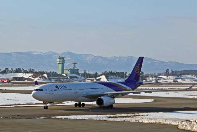 小松空港に着陸したタイ国際航空のバンコク便(バックは航空自衛隊小松基地)
