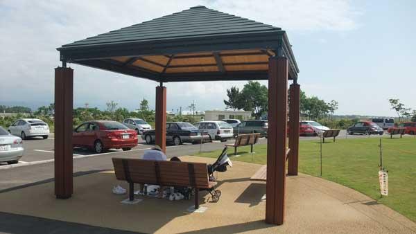 屋根付き休憩所と駐車場(スカイパークこまつ共生の丘)