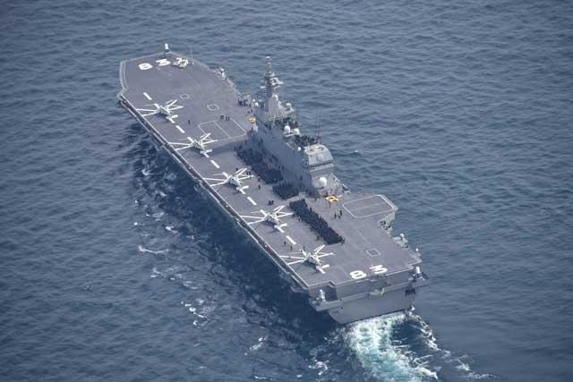 DDH-183「いずも」(護衛艦いずも型)の後方上空から