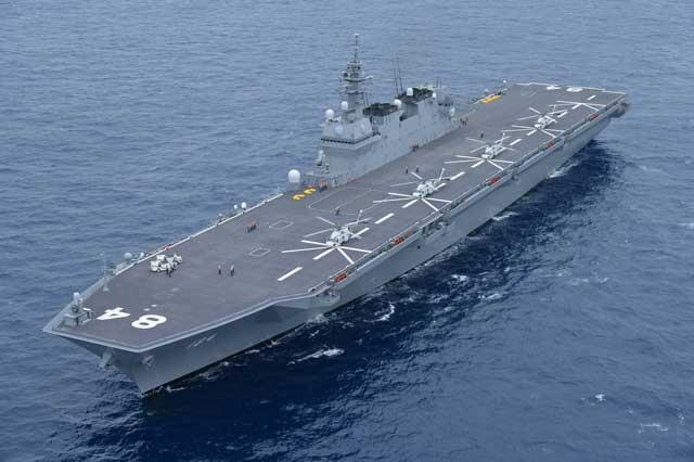 DDH-184「かが」(護衛艦いずも型)の前方上空から