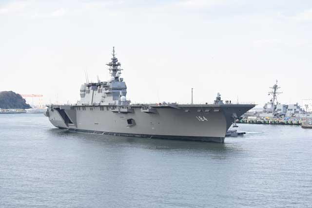 DDH-184「かが」(護衛艦いずも型)の側面前方から