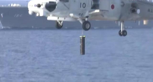 ソナーを降ろす哨戒ヘリ