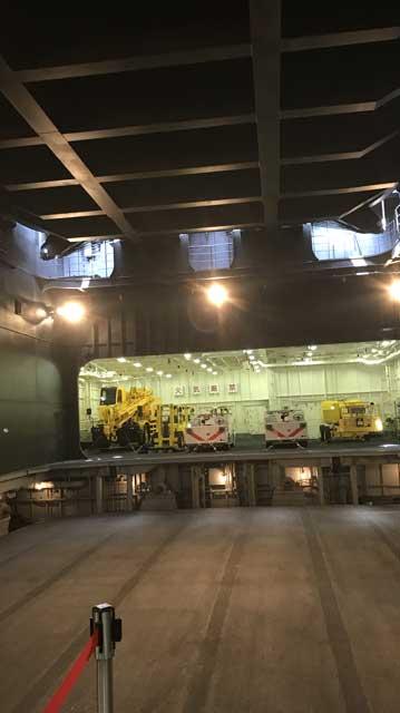 格納庫(手前が第1エレベーターで奥が車両格納庫)
