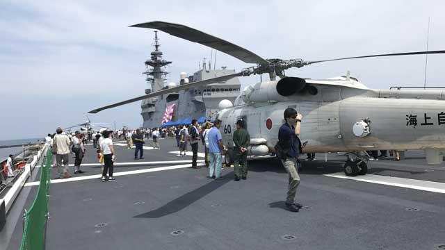 発着艦スポットに駐機しているヘリ