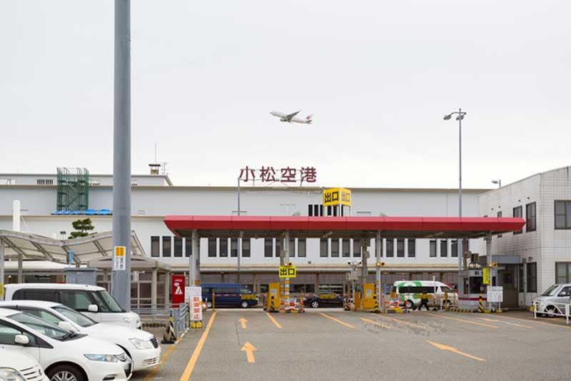 第2駐車場出口とターミナルビル(小松空港)