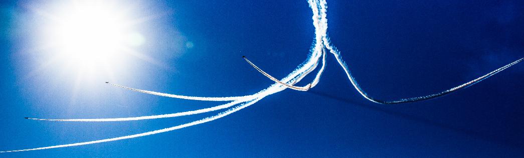 飛行機雲と太陽
