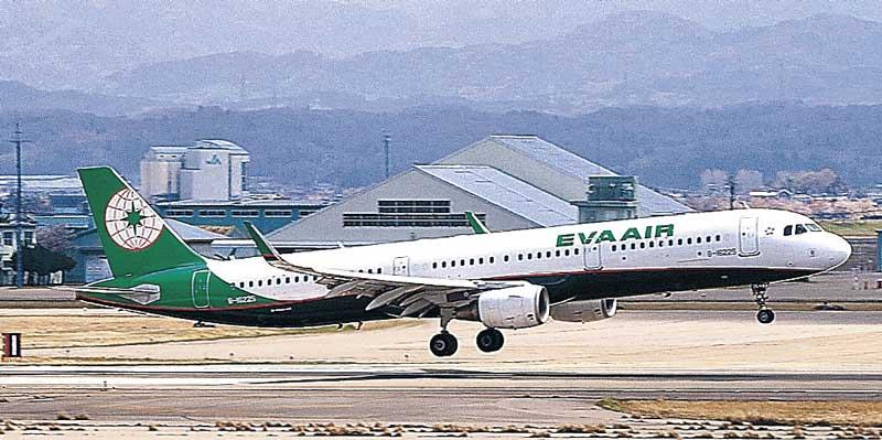 小松空港から離陸するエバー航空の旅客機