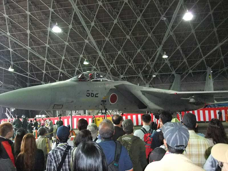 F-15Jと見学者