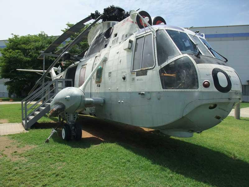 石川県航空プラザに展示してある対潜哨戒ヘリコプターHSS-2B(ちどり)の斜め前方