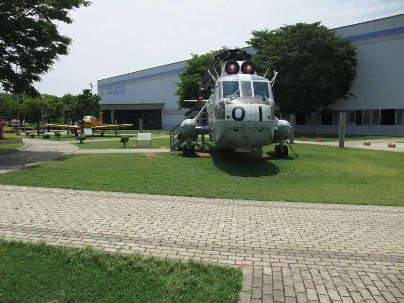 航空プラザ外観及びヘリコプターと飛行機