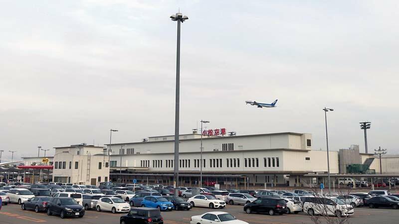 小松空港の駐車場とターミナルビル